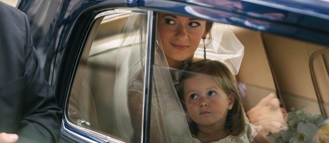 Buitenlands bruidspaar in klassieke auto