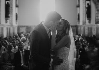 Jillian en Menno kus in kerk (Middel)