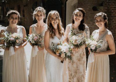 Jillian en bruidsmeisjes (Middel)
